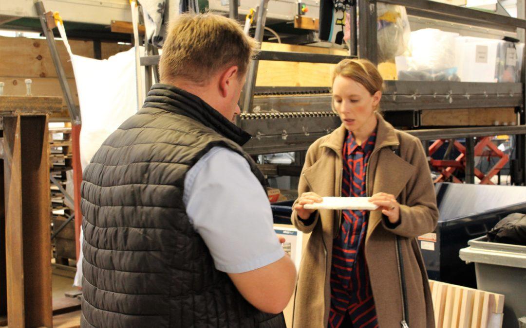 Miljøminister besøgte AffaldPlus og hørte om, hvordan projektet FUTURE bruger tekstilrester til fremstilling af byggematerial.